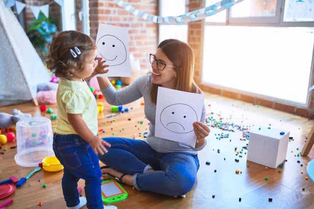 Une mère qui montre des dessins à sa fille.