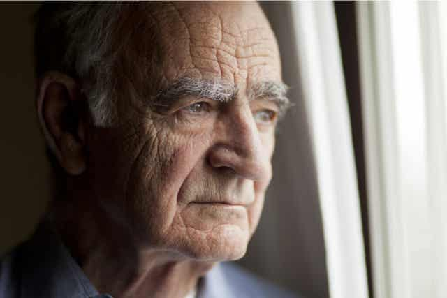 Un homme âgé inquiet.