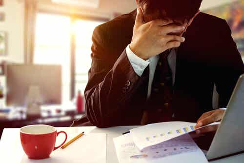 Homme qui souffre d'anxiété au travail.