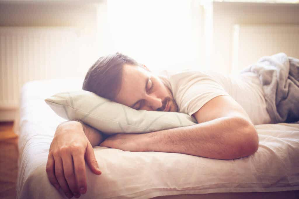 Un homme endormi.