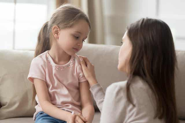 Une mère qui parle avec sa fille.