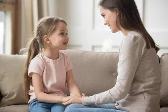 Une mère qui parle à sa fille.