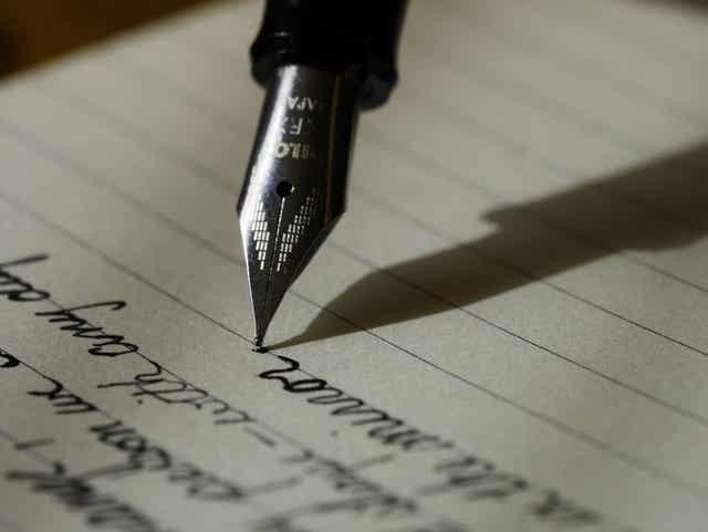 Une plume qui écrit.