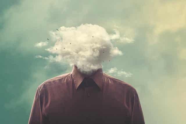 La tête dans un nuage.