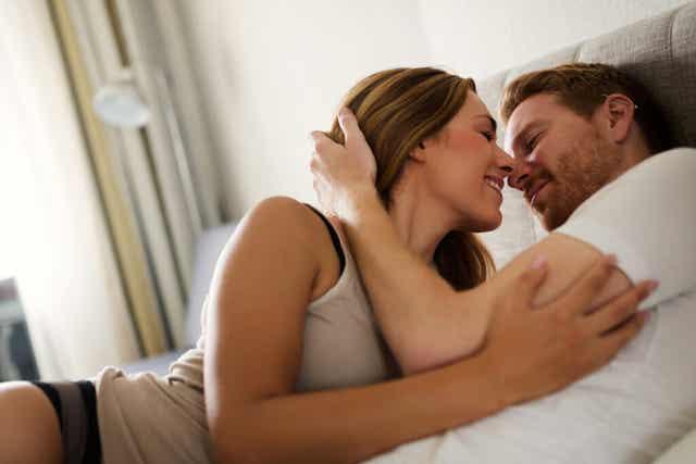 Un couple heureux au lit.