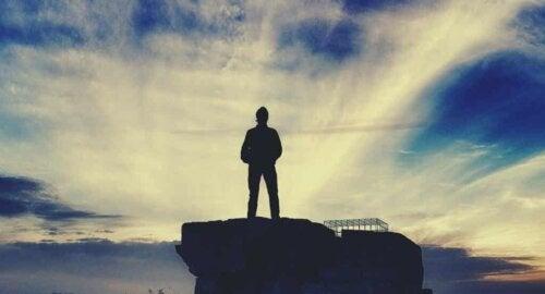 Un homme sur un rocher.