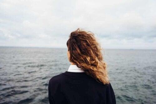 Une femme face à la mer.