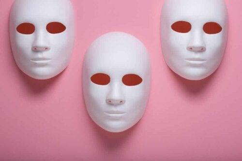 Des masques.