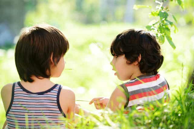 Deux enfants qui discutent.