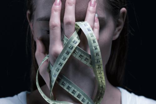 Femme qui souffre d'anorexie.