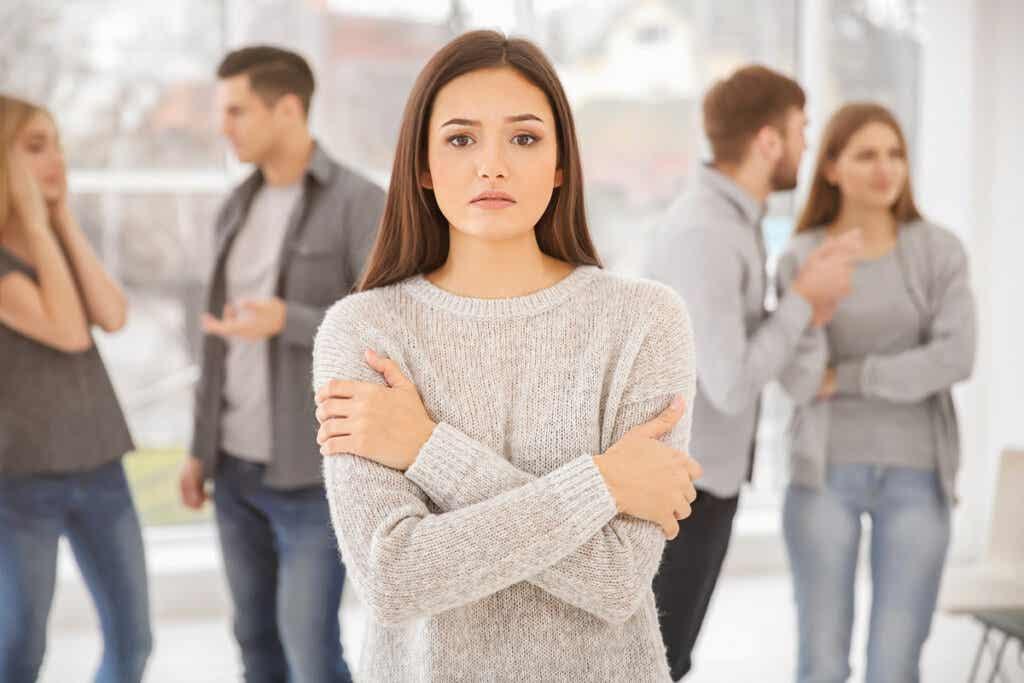 Femme qui souffre d'anxiété sociale.