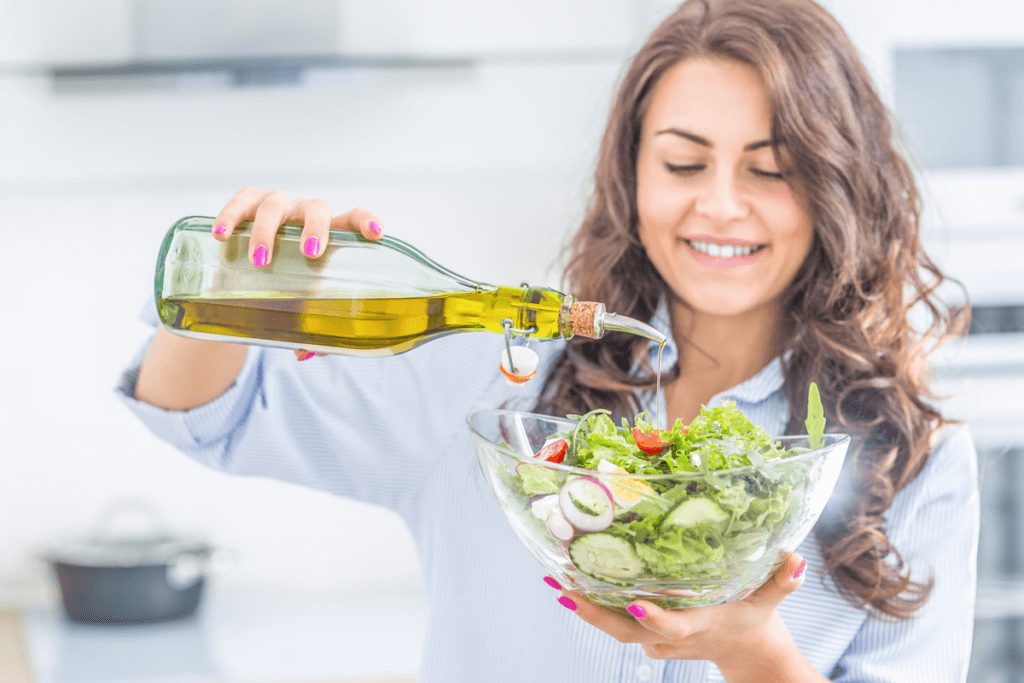 Femme qui prépare une salade.