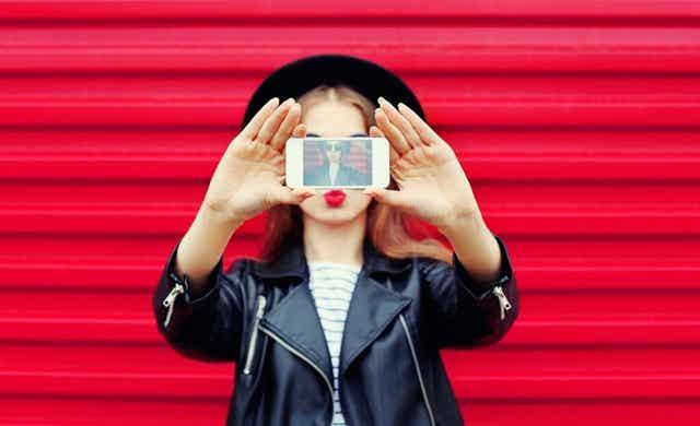 Une femme qui prend une selfie.