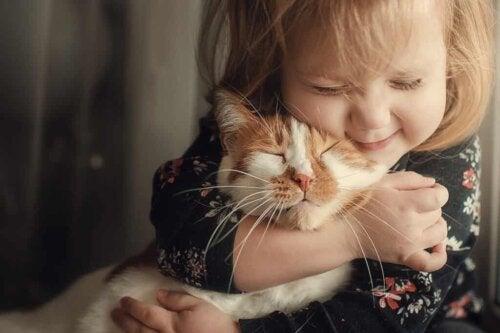 Une fillette et son chat.