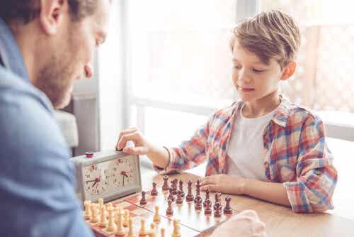 Un père et son fils qui jouent aux échces.