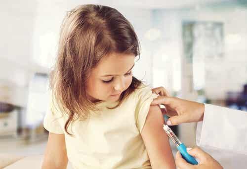 Petite fille qui se fait vacciner.