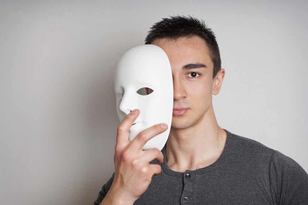 Jeune homme sur le point de mettre un masque.