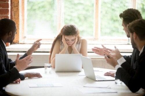 Le manque de courtoisie relationnelle au travail et les collègues impolis