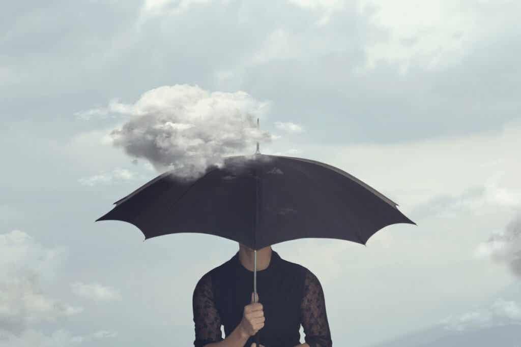 Une personne sous un parapluie.