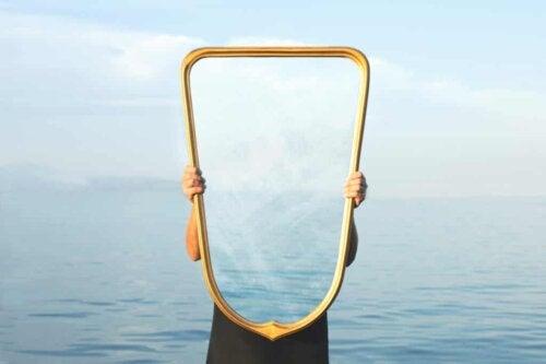 Un miroir.