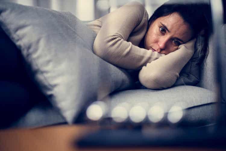 femme dans son lit atteinte d'une dépression