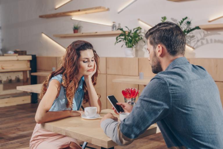 Mon partenaire regarde plus son portable que moi : que puis-je faire ?
